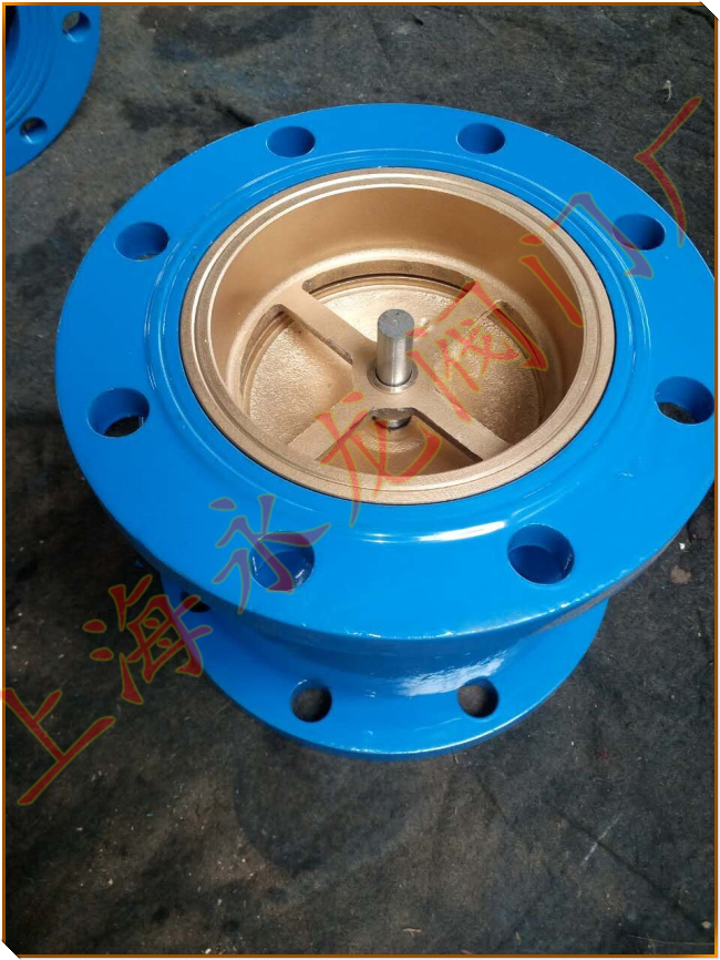 消声止回阀适用于给排水管道,阀瓣采用进口两端中心轴导向,启闭灵活,可水平安装或垂直安装。阀瓣采用弹簧加载,其快速关闭能有效的消除水锤,密封性能好,关闭无噪声。类此消声止回阀它具有体积小、重量轻、流体阻力小,耐疲劳、寿命长等优点。 消声止回阀技术参数 公称压力:1.